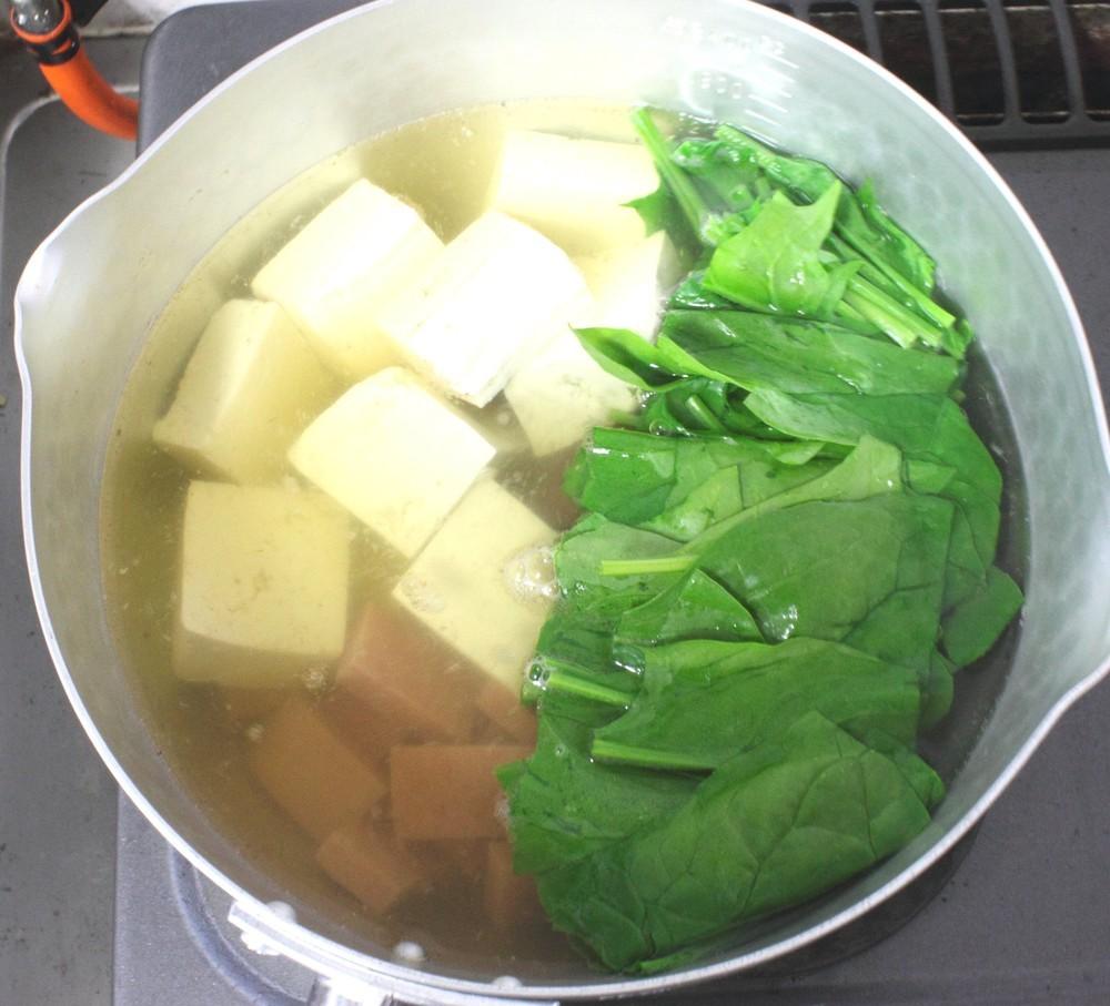 鍋に出し汁を入れ煮立て、ポーク・豆腐・青野菜を入れ、みそを溶き入れます。
