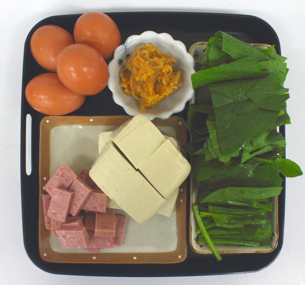 ポーク・豆腐・青野菜を食べやすい大きさに切ります。