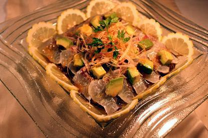 はいさーい!!沖縄調味料や~ 赤マルソウ一年生です 。(。`・з´・)ゞ。o-白身魚のカルパッチョアボガド茗荷添え